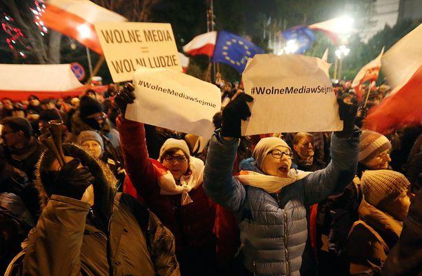 Opposition mielenosoittajat vastustavat muun muassa uusia lehdistönvapauden rajoituksia.