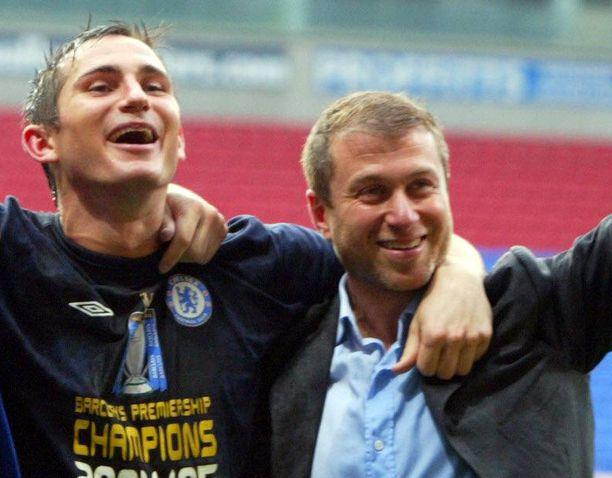 Roman Abramovitsh (oik.) haluaa Frank Lampardin (vas.) mestaruuksiensa takuumieheksi. Kuva Chelsean Valioliiga-mestaruuden juhlinnasta keväältä 2005.
