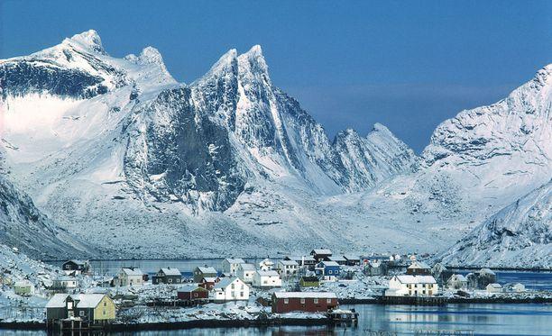 Poikkeuksellisen lämpimät kelit ovat vaikuttaneet merijään määrään. Kuva Norjan Lofooteilta.