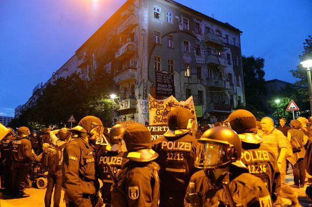 Poliisi on valvonut kuvan rakennusta viikkokausia.