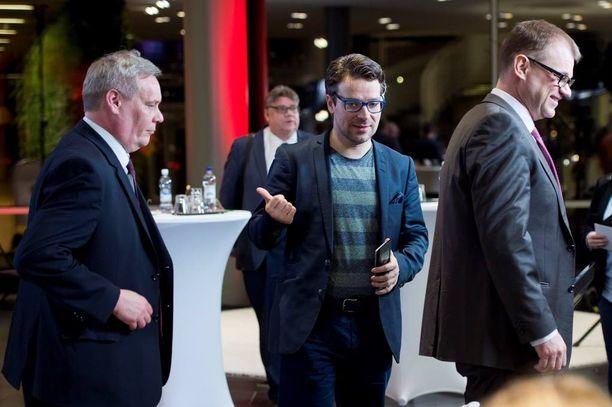 Vihreiden puheenjohtaja Ville Niinistö (keskellä) on valmis uusiin vaaleihin.