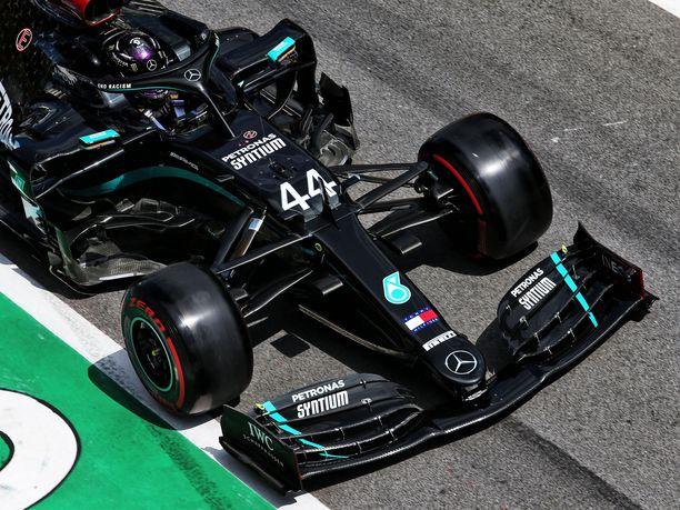 Lewis Hamilton jäi aika-ajossa Valtteri Bottaksen taakse.