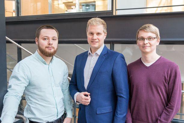 Aalto-yliopistossa työskentelevät työryhmän jäsenet vasemmalta oikealle: Konstantin Tiurev, Mikko Möttönen ja Tuomas Ollikainen.