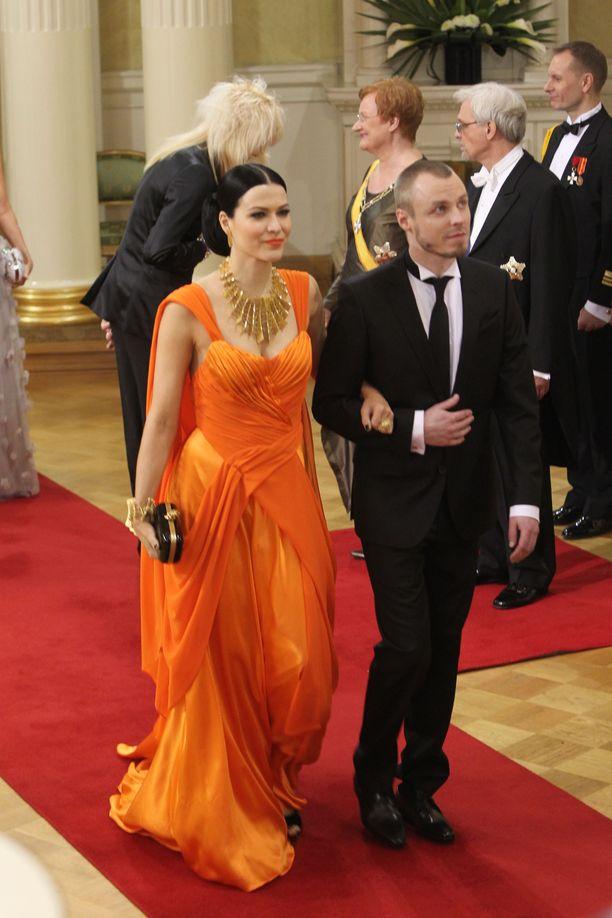 Laulaja Jenni Vartiaisen leiskuvan oranssi iltapuku vuodelta 2011 teki niin suuren vaikutuksen, että muistelemme sitä vieläkin.