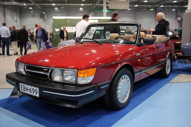 Ensimmäiset Cabrioletit olivat ns. pystykeuloja, ja tämän autonkin pystykeula palautettiin entisöinnissä.