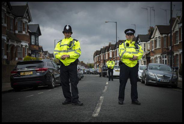 Brittipoliisi iski voimalla epäillyn terroristisolun kimppuun torstaina Lontoossa. Yksi terrorismista epäilty nainen haavoittui polisiin luodista.