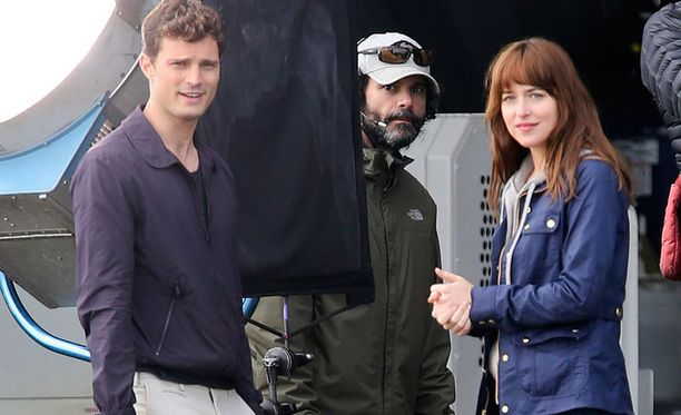 Jamie Dornan ja Dakota Johnson elokuvan kuvauksissa.