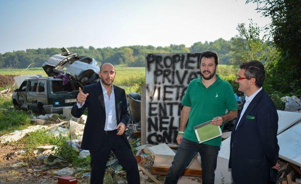 Matteo Salvini (keskellä) vieraili Milanon ulkopuolella olevalla romanileirillä vuonna 2013.