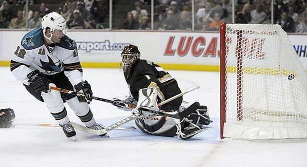 San Josen Patrick Marleau vei joukkueensa 2-0-johtoon alivoimalla ohi Ducks-vahti Jonas Hillerin.