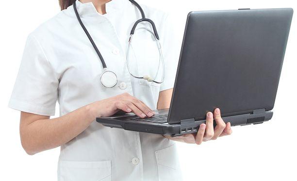 Terveydenhuollon henkilökuntaa koulutetaan jatkuvasti varmistamaan, että potilastietoja käsitellään yksityisyydensuojaa vaarantamatta.