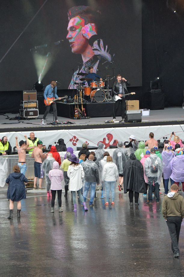 Elias Kaskinen & Päivän Sankarit aloitti Himoksen sateisen lauantain.