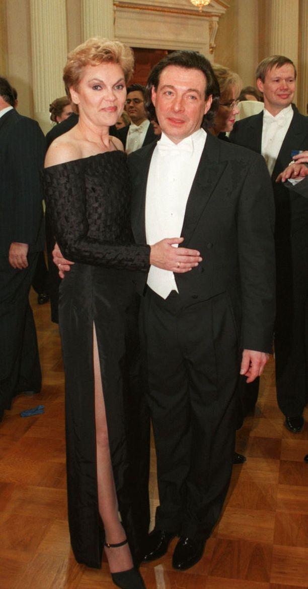 Kirka ja Paula Nummela juhlivat itsenäisyyttä Linnassa vuonna 1997.