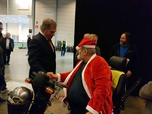 Presidentti Sauli Niinistö kätteli juhlaan tullessaan Yrjö Jukolaa.