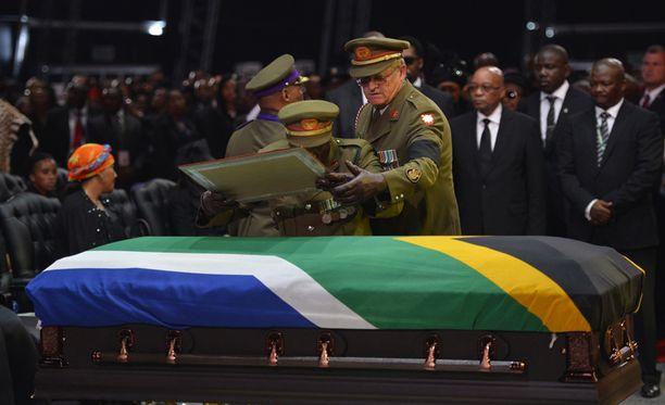 Sotilaat laskivat Mandelan potretin hänen arkkunsa päälle.