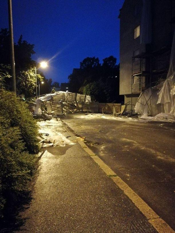 Myrskyn seurauksena julkisivuremontin rakennustelineet romahtivat Lauttasaaren Lahnaruohontiellä.