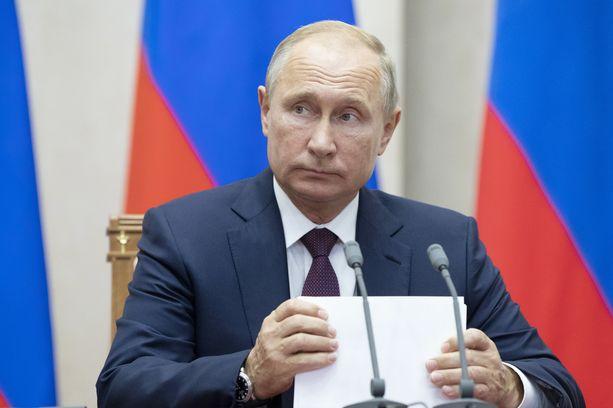 Venäjän presidentti Vladimir Putin allekirjoitti asiakirjan, jonka mukaan Venäjä irtaantuu INF-sopimuksesta. Arkistokuva.