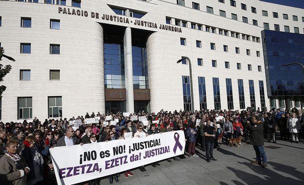 Pamplonaan oli kerääntynyt paljon mielenosoittajia kuulemaan oikeudenkäyntiä.