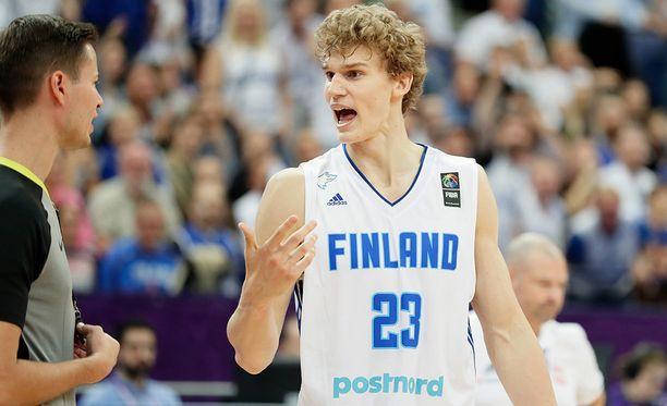 Lauri Markkasella riitti juttuseuraa ikimuistoisen Puola-ottelun jälkeen.