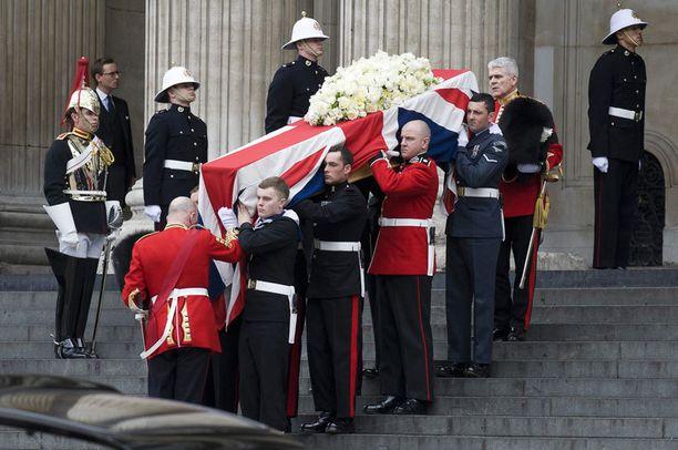 Rautarouva Margaret Thatcher saateltiin haudan lepoon keskiviikkona.
