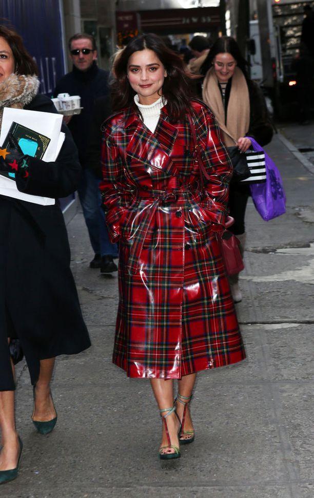 Jenna Coleman kuvattiin New Yorkin kaduilla takin ja avokärkisten kenkien yhdistelmässä.