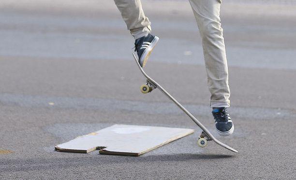 Teinityttöjä ahdistellut mies löytyi nuorten suosiman skeittipuiston pusikosta housut nilkoissa. Kuvituskuva.
