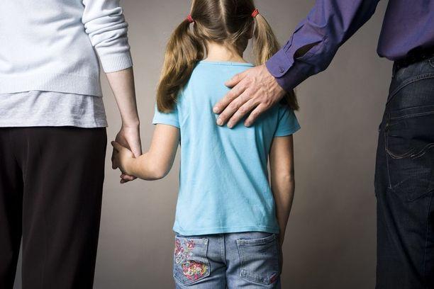 Kun lapsen vanhemmat eroavat, lapsilisät ja muut tuet maksetaan lähivanhemmalle. Etävanhempi jää nykylainsäädännön mukaan ilman tukia, vaikka yhteishuoltajuus olisi voimassa ja lapsi asuisi puolet ajasta hänen kanssaan.