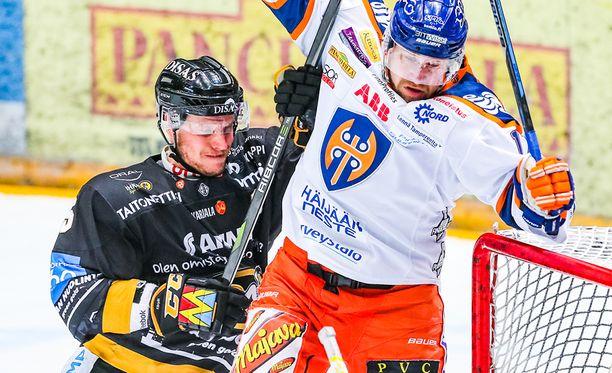 Kärppien Lasse Kukkonen ja Tapparan Teemu Nurmi vääntävät maalin kulmalla.