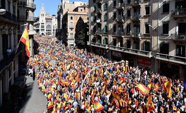 Espanjan Katalonialle asettama aikaraja kertoa itsenäistymisjulistuksen luonteesta umpeutuu tänään. Katalonia järjesti kaksi viikkoa sitten kansanäänestyksen, jossa valtaosa kannatti maakunnan itsenäisyyttä. Espanjan mukaan äänestys oli maan perustuslain vastainen.