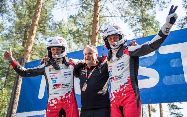 Martin Järveoja (vasemmalla) ja Ott Tänak saivat viimeisen erikoiskokeen jälkeisiin juhliin seurakseen tallipäällikkö Tommi Mäkisen.
