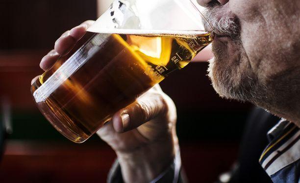 Miehet heittivät olutta toistensa päälle, minkä jälkeen toinen syyllistyi tapon yritykseen tuopilla. Kuvituskuva.