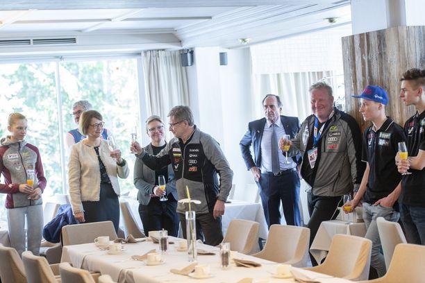 Olli-Pekka Kärkkäinen (kolmas oikealta) edusti suurlähettiläs Pirkko Hämäläisen (toinen vasemmalta) kutsuvierastilaisuudessa Seefeldissä verkkarihousuissa.