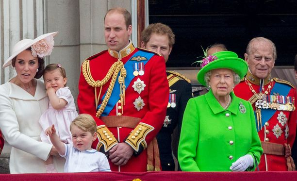 Prinssi William sai kuningattarelta pienen näpäytyksen kesken synttärijuhlien.