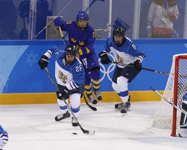 Fanny Rask seuraa taustalla, kun Sara Sakkinen kuljetti kiekkoa Etelä-Korean olympialaisissa. Kuvassa oikealla Ella Viitasuo.