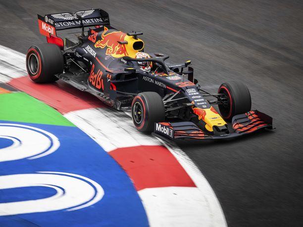 Max Verstappen vauhdissa Meksikon GP:n näyttämöllä, Autódromo Hermanos Rodríguez illa.