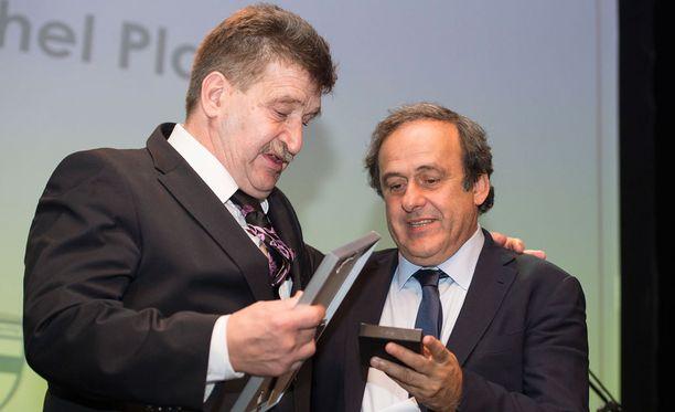 Pertti Alaja ja Uefa-pomo Michel Platini ovat asettuneet prinssi Alin puolelle.