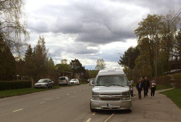 Kielletty: Pysäköinti on sallittu vain nokka menosuuntaan ajokaistan puolella, ja nurmialueille pysäköivät syyllistyvät laittomaan maastopysäköintiin.