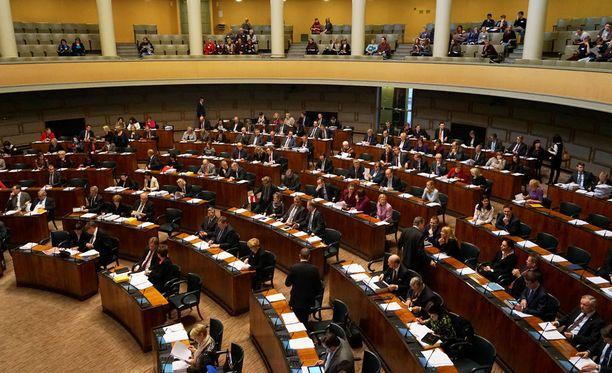 """Nuorilta naisilta vaaditaan politiikassa """"kovaa pokkaa ja turhankin tiukkaa nahkaa"""", kertoo entinen puolueaktiivi Helsingin Sanomissa."""