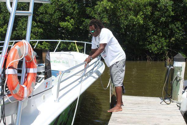 Venekapteeni Kizza Matthews harkitsee työttömäksi ilmoittautumista, sillä veneretkiä järjestävän yrityksen varauskirja on tyhjä koko loppuvuodeksi.