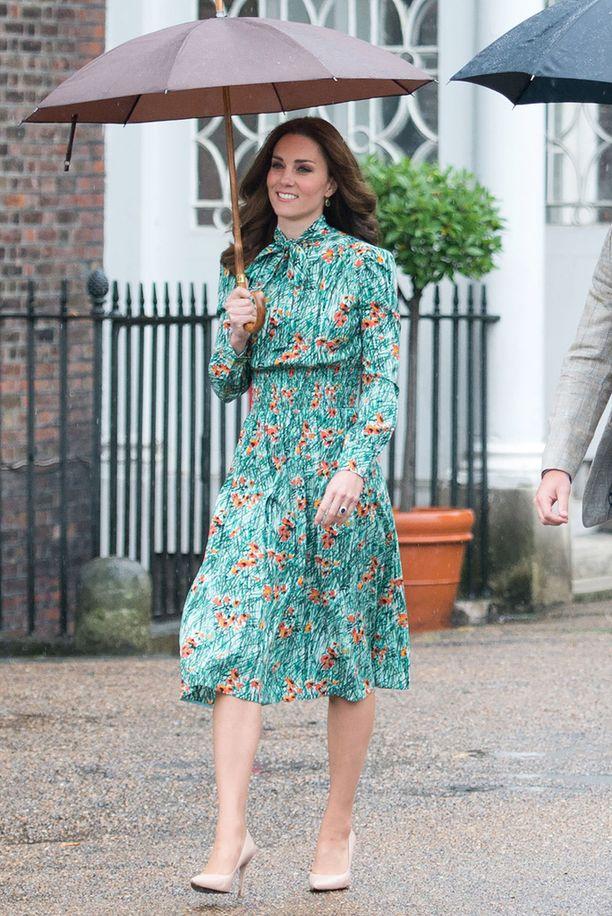 Viime viikolla otetuissa kuvissa Catherinen yllä on laskeutuva mekko.