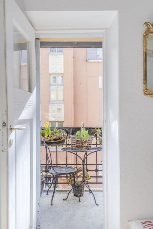 Jugend-kodin pikku parvekkeella on takorautaiset parvekekaiteet. Kalusteet ovat samaa tyyliä.