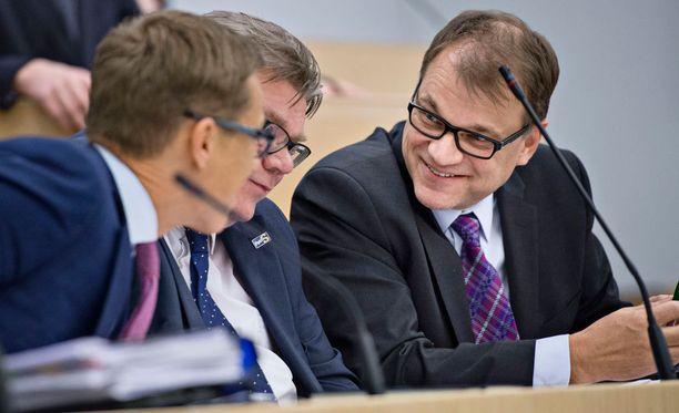 Kolme ässää eli Alexander Stubb (kok), Timo Soini (ps) ja Juha Sipilä (kesk) istuvat tiistaiaamuna muun hallituksen kanssa kehysriiheen.