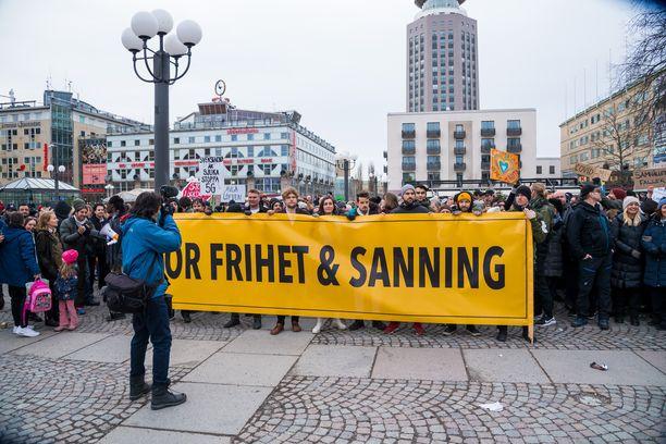 """Tukholman Medborgarplatsenille kokoontui lauantaina satoja ihmisiä osoittamaan mieltään """"vapauden ja totuuden"""" puolesta."""
