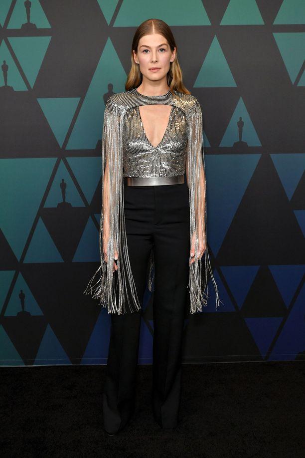 Rosamund Pike pukeutui Givenchyn housupukuun.