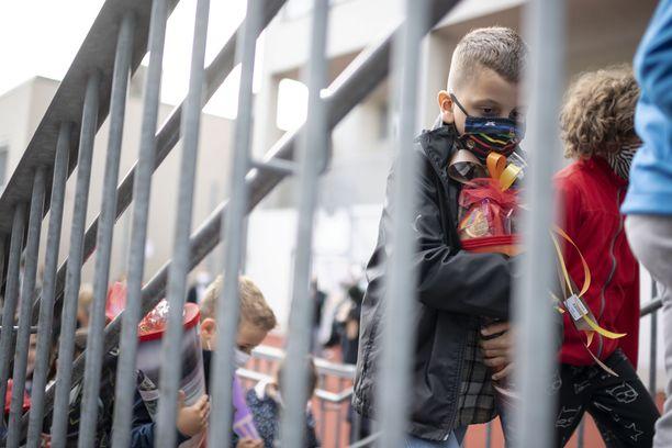 Koronavirustartunnat ovat lähteneet nousuun myös Itävallassa. Kuvassa oppilaita menossa kouluun syyskuun alussa maan pääkaupungissa Wienissä.