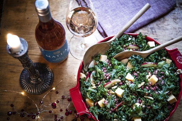 Salaatti keventää mukavasti joulupöydän tarjontaa. Tuotetiedustelut: Viinilasi Decanter, salaattikulho Emile Henry, lautasliina Lapuan Kankurit.