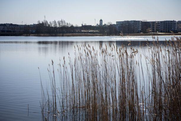Sähköpotkulaudalla liikkuneet pojat löivät ihmisiä Töölönlahden alueella.