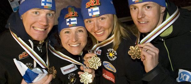 Tätä lisää, kiitos. Ville Nousiainen (vas.), Aino-Kaisa Saarinen, Virpi Kuitunen ja Sami Jauhojärvi nappasivat mitaleja Liberecin MM-kisoissa.