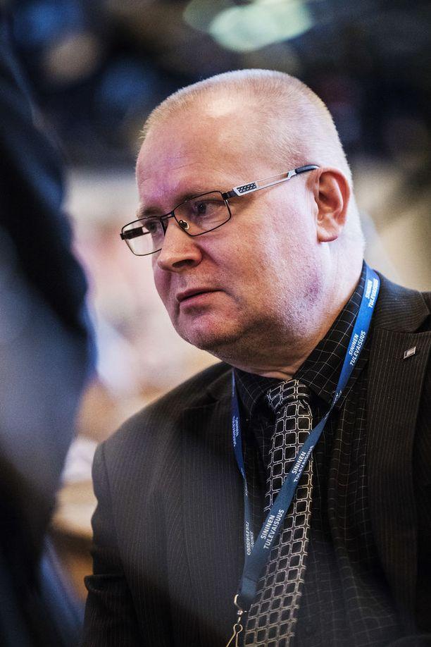 Muutokset työlainsäädännössä ovat Jari Lindströmin mukaan vääjäämättömiä, jotta työllisyysastetta voidaan nostaa nykyisestä tavoitteesta 75 prosenttiin ja hyvinvointiyhteiskunnan palvelut saadaan pidettyä hyvällä tasolla.