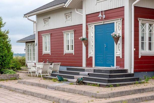 Kodin rakennusmateriaali on lamellihirsi. Vuonna 2009 rakennetussa kodissa on seitsemän huonetta.
