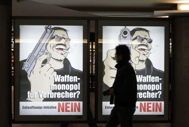 """Aseista on äänestetty Sveitsissä useita kertoja aiemminkin. Kuvissa mainoksia vuodelta 2011. Tekstissä lukee: """"Asemonopoli rikollisille. EI""""."""